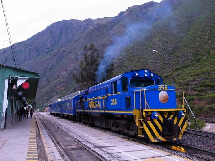 由於秘魯被安第斯山脈由北向南穿過,山脈兩邊的天氣和地理十分不同,在秘魯行走,少不免要上山下水,穿梭高山湖泊,雪地沙漠,不同的交通工具都要用到