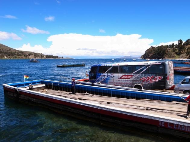 由copacabana到la paz要橫渡lake titicaca的一條分支河流,乘客和巴士就分別坐不同的船過河