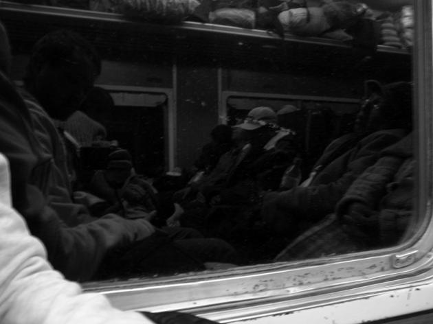 想不到差點買不到火車票,幸好還有最便宜的位置,和當地人迫在一起