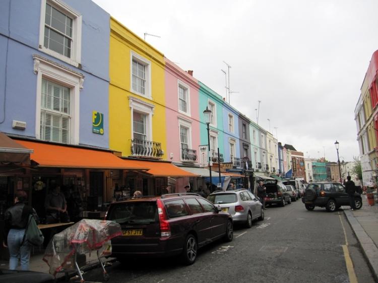 從NottingHill電影中,最讓人記起這個就是這一排色彩繽紛的小屋