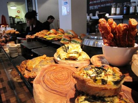 經過一家Pastry店,買了咖啡和我最愛的Ham & Cheese牛角包