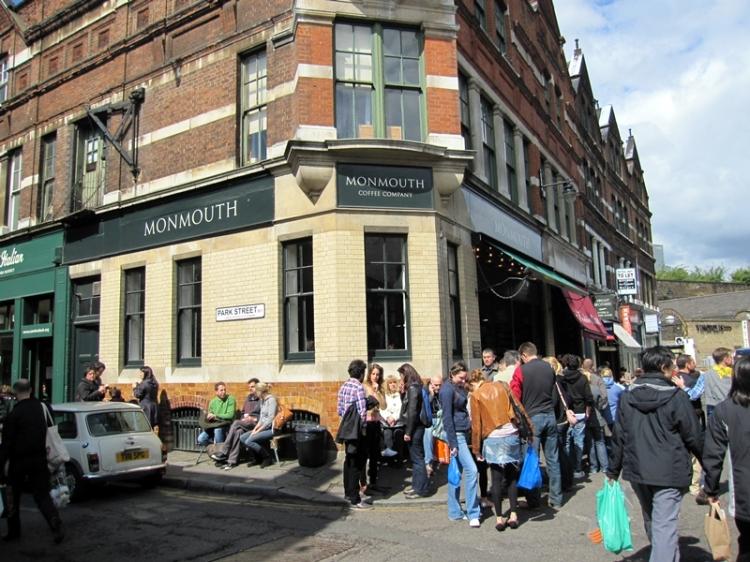 旁邊的一家咖啡店常常大掛長龍。(http://www.monmouthcoffee.co.uk/shops/the-borough)