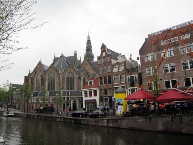 參觀完畢就去先去訂好的旅店,在Vondelpark旁。沿河的建築物很漂亮