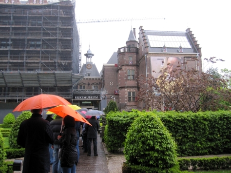 這裡有兩個最有名的藝術館,一個是Rijksmuseum,另一個是Van Gogh Museum。這是復活節假期,所以也有不少遊客要排隊入內