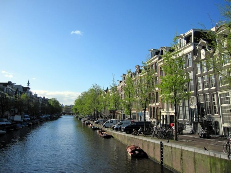 我要說阿姆斯特丹才是最自由的城市,吸引著各種類型的遊客和居民。早上是充滿藝術的城市,有很多博物館和特色小店,晚上就變成狂歡之城,毒品和妓女也可以合法販賣。要一個人不去做某種事情,要強制禁止,還是合法地去規管這個問題。這個城市是最好的例子
