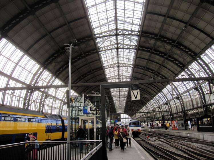 大約一個多小時就到達Amsterdam,最下層就有火車大約十五分鐘就可以到市中心