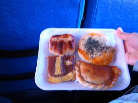吃的方面,一些巴士會有熱食,一些只有冷冰冰的面包。所以上車前或是停站休息時最好買一些乾糧