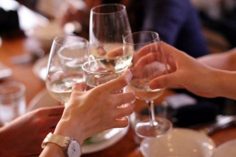 先乾一杯,慶祝難得一行八人的旅程