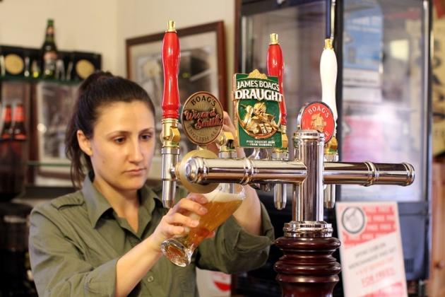 得知要啤酒團要30澳幣,打消了參觀的念頭,那就喝一杯Draft Beer和Ale