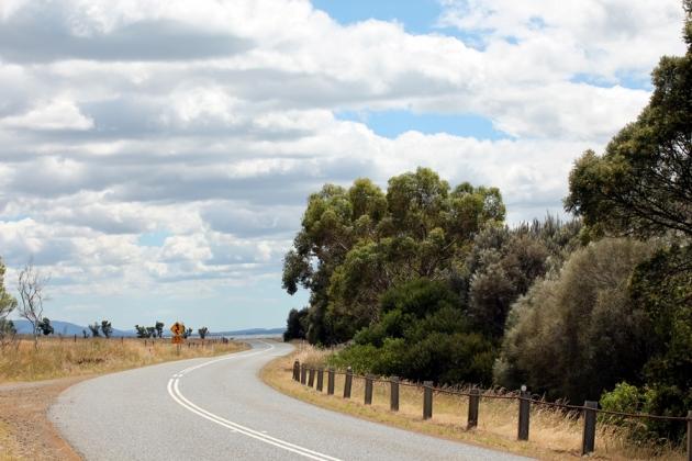 這段路不算難走,風景也不錯。先是穿過一些農地,然後就沿著海岸線向北