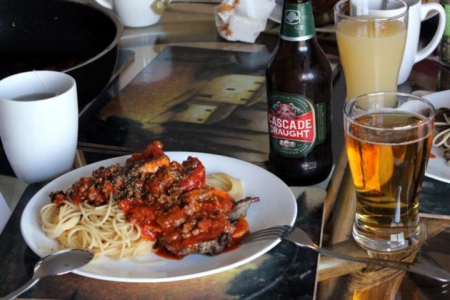 晚上我們就煮了肉醬意粉,羊肉和啤酒