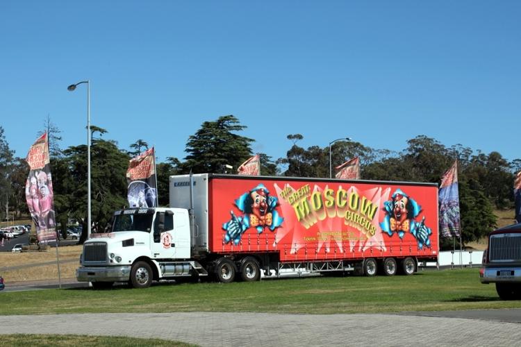 吃過早餐,就駕車去Hobart,在城市裡,很多地方也要付泊車錢。上網找到了不用付錢的泊車地方,就在Regatta ground。連馬戲團的貨櫃車也放在這裡