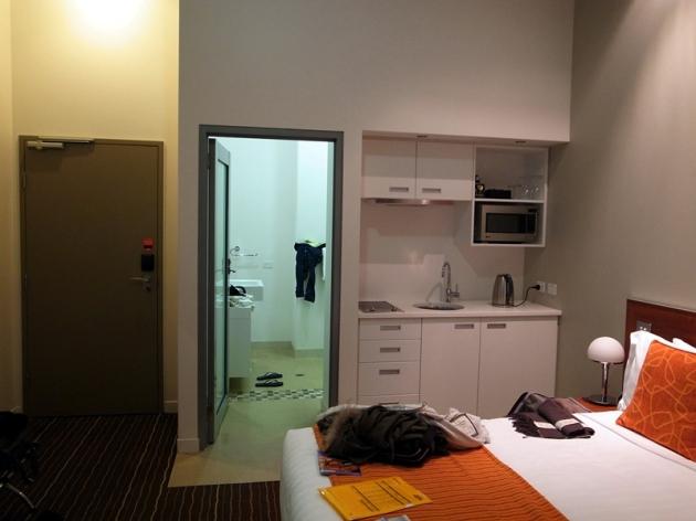 有些房間有簡單的煮食工具,這裡離最旺的街道大約要走十分鐘,不過酒店的附近也有不少餐廳。不好的地方就是這家酒店好像由醫院改建,我也不敢想太多了