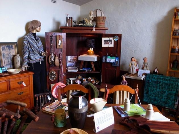 這裡也有一些古董和傢具店可以逛逛