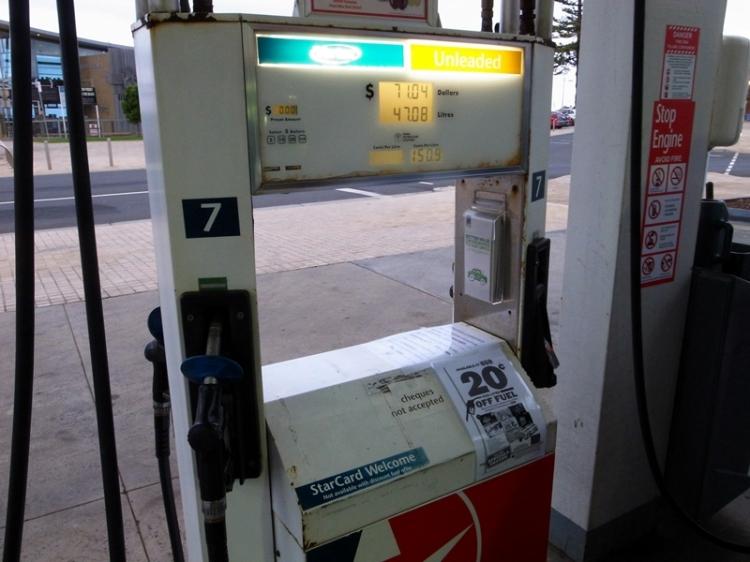 回程前先加滿汽油,這裡的油比香港便宜三分之一,有些油站七時後就關門,所以要早點加油。