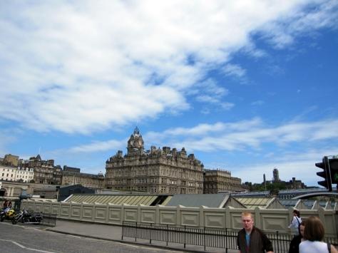到達Waverley Bridge就可以看到Royal Miles上的建築物,甚至是愛丁堡堡壘