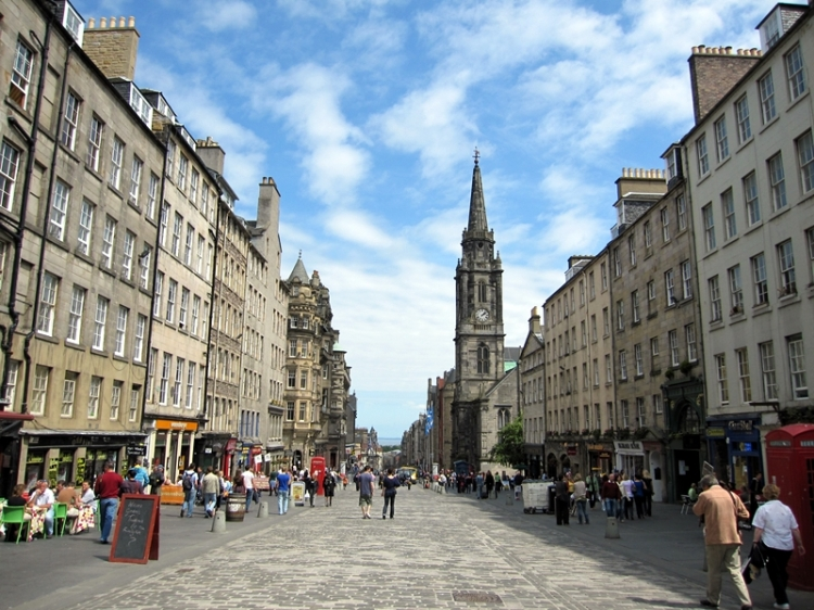 朋友告訴我們蘇格蘭很美,還有一定要參加高地遊。我們就來了。