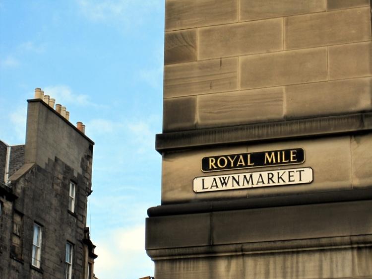 這條Royal Miles直穿古城,一邊的盡頭是愛丁堡堡壘,另一邊是蘇格蘭皇宮 (http://en.wikipedia.org/wiki/Royal_Mile)