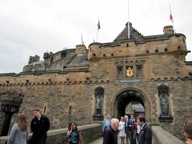 不多遠就是堡壘,坐落在古城山丘的最頂,古時的君王就是這樣高高在上