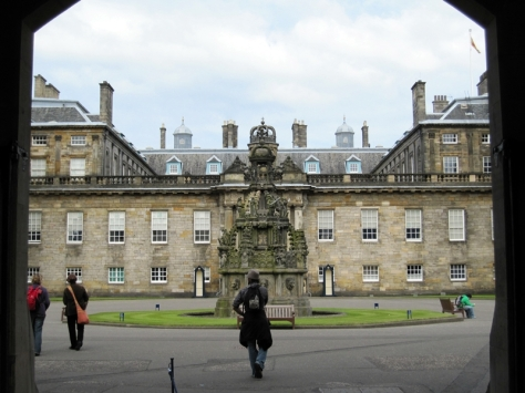 然後就是Holyrood Palace (http://www.royalcollection.org.uk/visit/palaceofholyroodhouse)