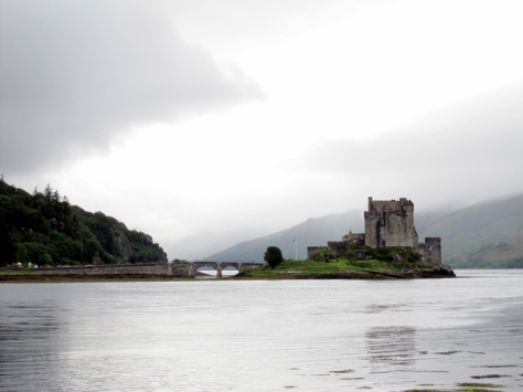 過多兩個多小時,我們就穿越Eilean Donan Castle。天氣還是不太好,回程的那一天,我們會再來參觀。過了Eilean castle,車子帶著我們渡河進入Isle of Skye