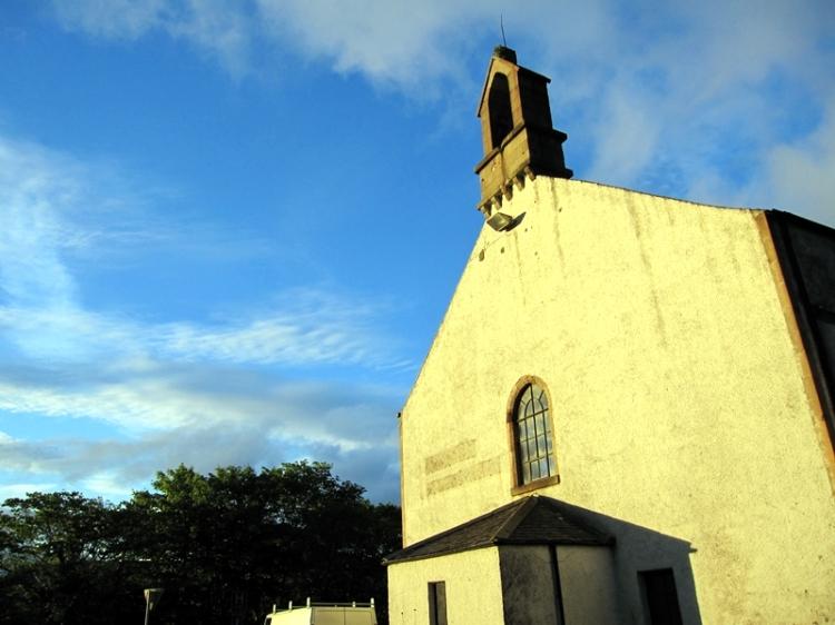 連趕帶跳,拿著相機就向著日出的地方走去,來到了市中心的教堂