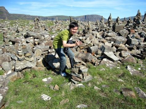 在燈塔旁有一堆石堆,好像世界各地都有,不知是甚麼意思
