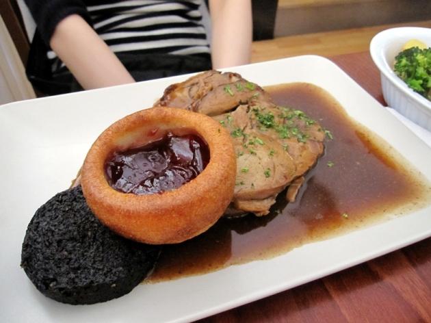 又差不多過了一天,回到Portree去吃晚飯。吃了當地特色的Black Pudding和Yorkshire Pudding