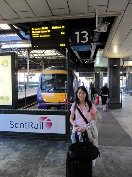 在waverley bridge下面就是火車站,我們就坐最近的一班火車去glasgow,蘇格蘭的商業中心