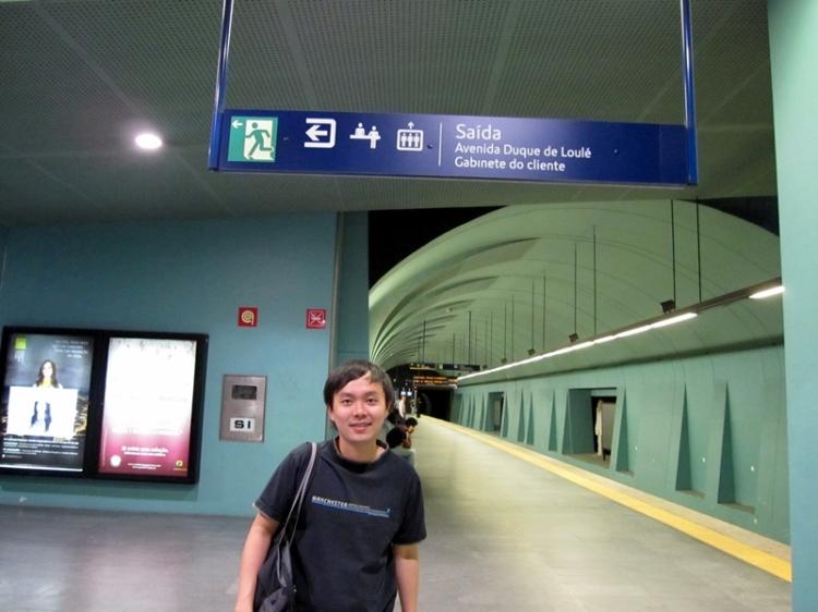 里斯本有地鐵到城市的不同地方,也有鐵路連接不同城市。我們就是坐這到舊城區