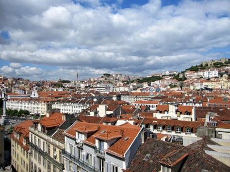 從高處的Barrio Alto向外望,一層層的白色房子構成里斯本的地貌