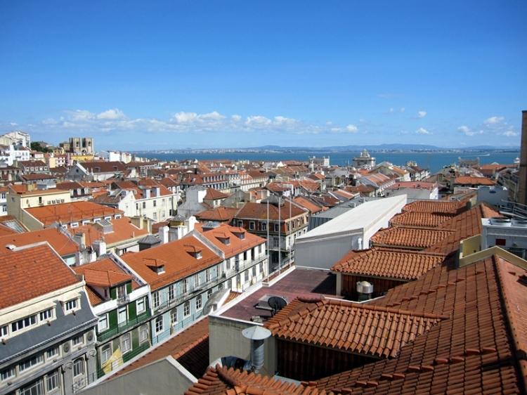 向下望,就是舊城區,由紅磚頂白屋和藍天組成,還可以遠眺海港,很美
