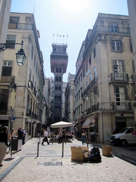我們就是坐這個升降機到達地面的舊城區。這也是旅客必去的一個名勝 (http://en.wikipedia.org/wiki/Santa_Justa_Lift)