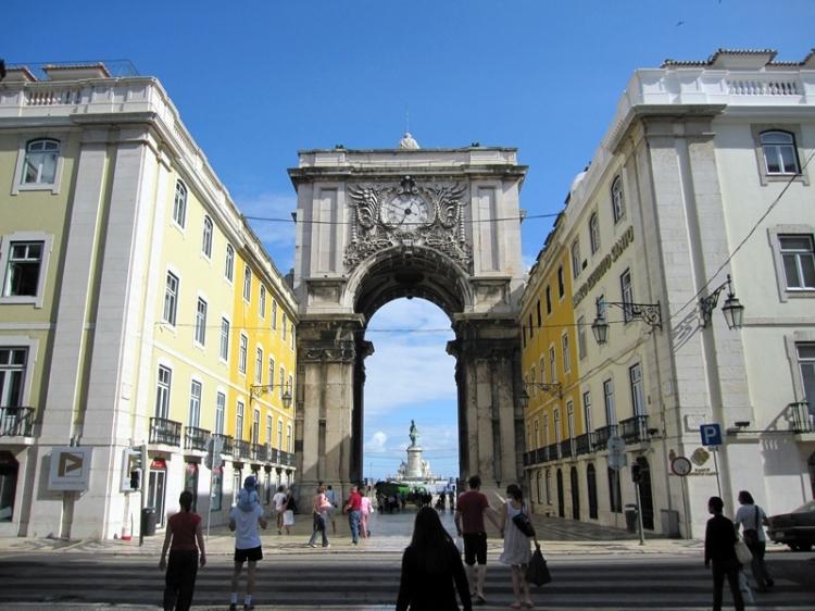 一路向海,就會到逹舊城門,外面可以坐輕軌鐵路到Belem和Cascais。