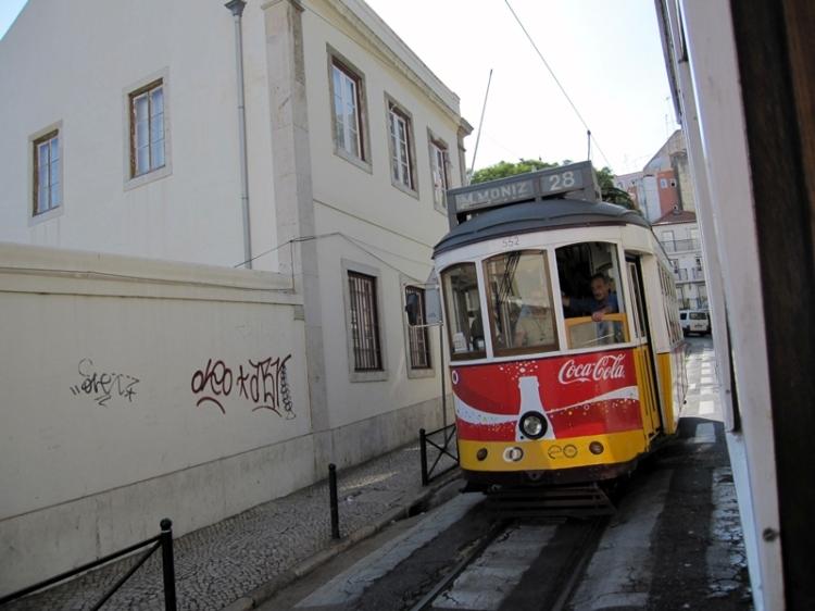又有另一架Tram上山去,上山的路只有一條行車線,而且相當狹窄,可以伸手觸及旁邊的建築物