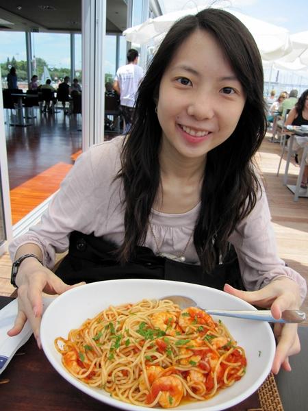 在旁邊的意大利餐廳吃午餐,一邊品嘗美酒,一邊吃著海風