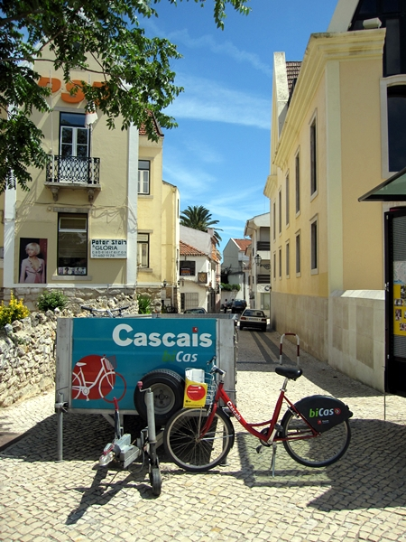 從舊城門外坐同樣的輕鐵,經過昨天到過的Belem,來到最後一個站 - Cascais。想不到這個海灘小鎮那麼舒服,盡顯葡萄牙人的活力和生氣