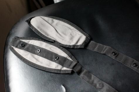 這兩片是腳踏,可扣上腰帶。當BB的腳有一定長度可以讓她的腳踏在這裡