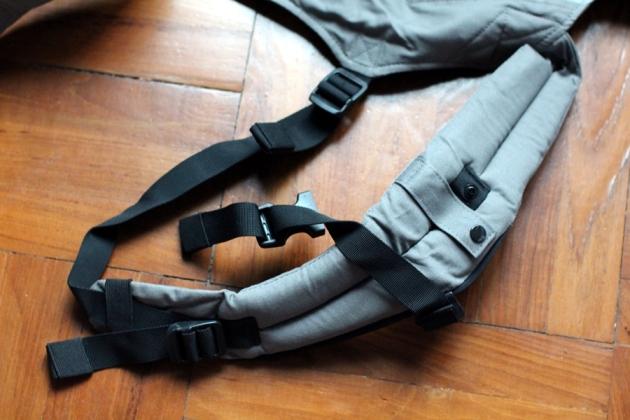 像背包一樣的背帶,有一個扣把兩條背帶扣上,把壓力分配到整個背部。調整長度也是向下一拉就可以,十分易用
