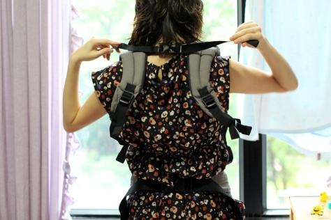 先把孭帶帶上身,繫好腰帶和肩背帶,把肩背帶調到較鬆