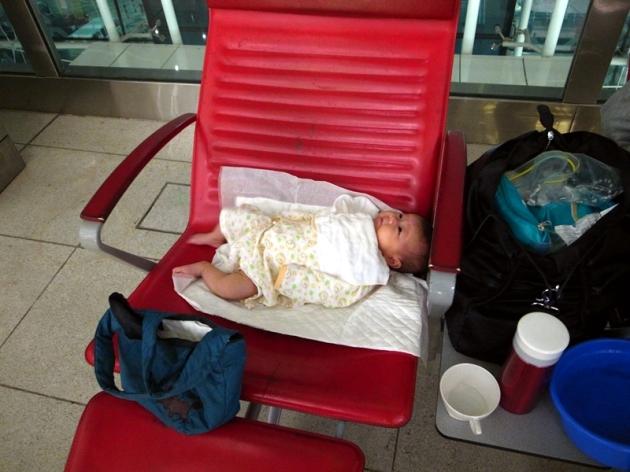 轉機時在杜拜機場等待的情況。有一個去廁所袋,有熱水壺和小水盤