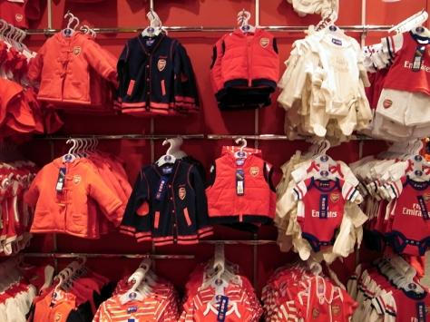 除了大人小朋友還有嬰兒的球衣,如果爸爸是阿仙奴球迷一定忍不住會買回家
