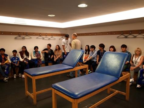 舒適的作客球隊更衣室,讓人變得鬆懈