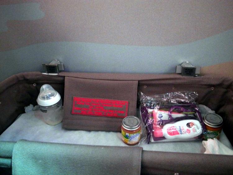 空姐為我們準備好嬰兒床,還有附上嬰兒食品和清潔用品