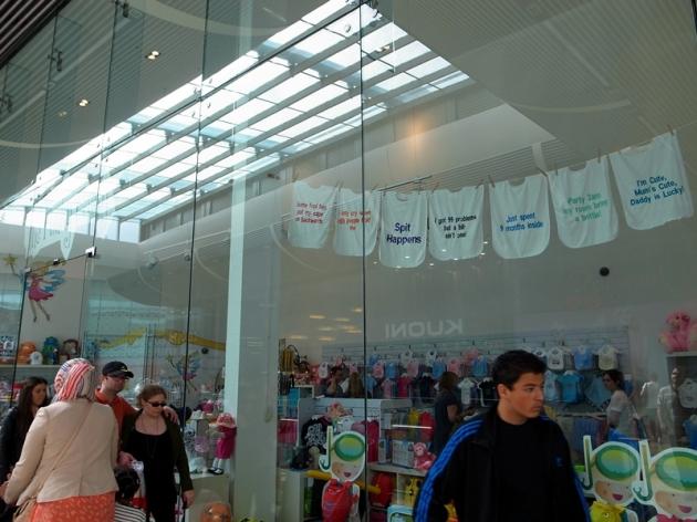 可以自選字句訂製的口水堅和衫仔店