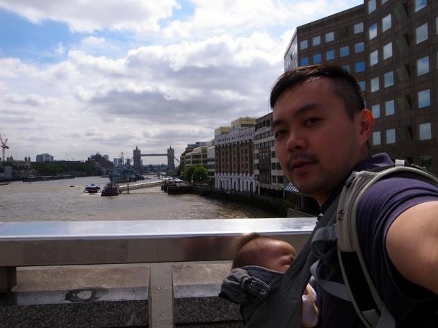 在London Bridge遠望遠處的Tower Bridge