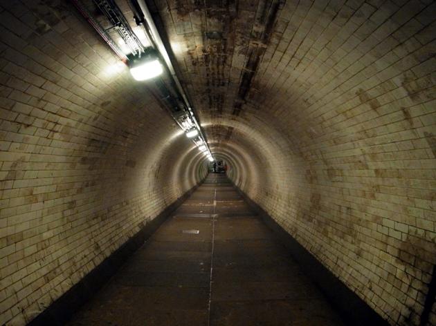坐升降機到地下通道,好像一條防空洞