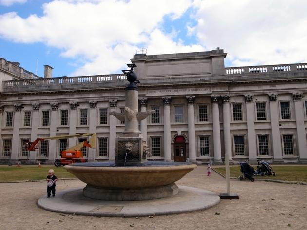 再住前走就是皇家海軍學院的不同校舍,以前也是皇宮的一部份
