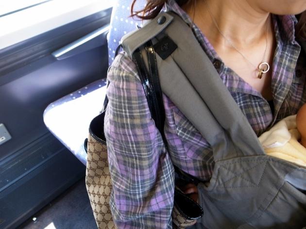 還可以把媽媽的包包扣上肩背帶上,那就不會滑下來
