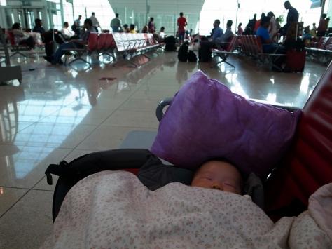 天生你就是一個Backpacker,要跟爸爸睡機場